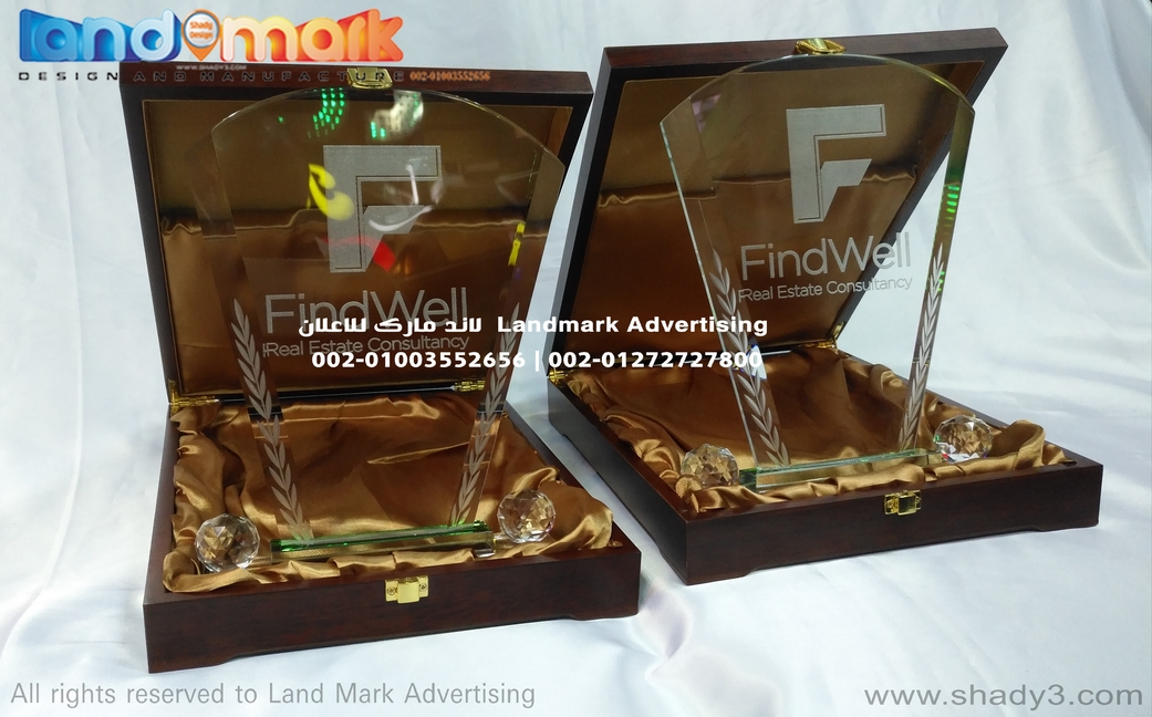دروع كريستال علب خشب مبطن حفر ليزر Crystal shields on plush and wood box, laser engraving